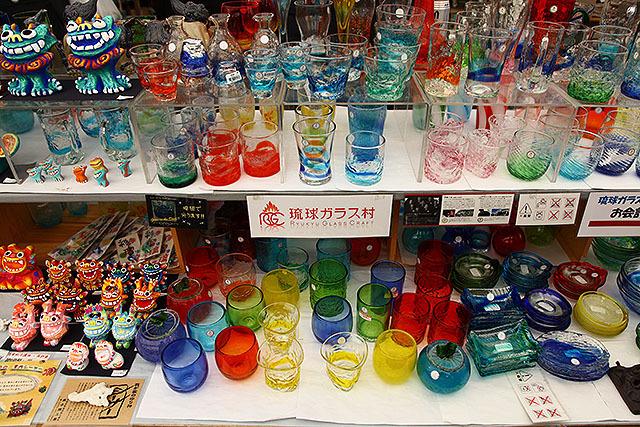 カラフルな琉球ガラスたち。綺麗だけど、君たちを買いに来たわけではないのよね。