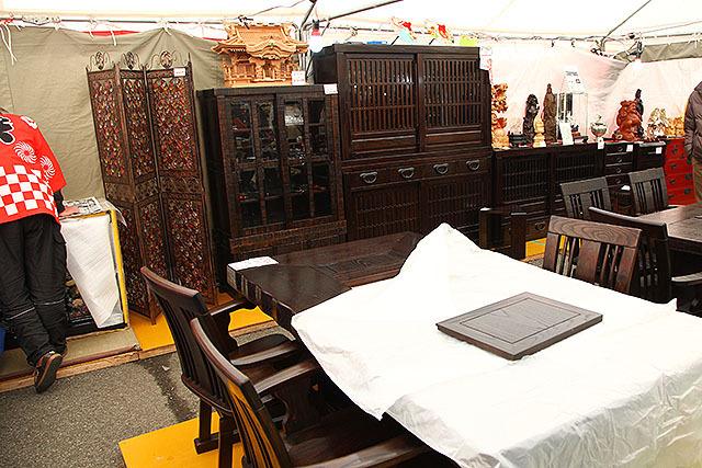 更には高級家具まで。要は、お年寄りが買いそうなものは大概売られている。ミニ巣鴨だ。