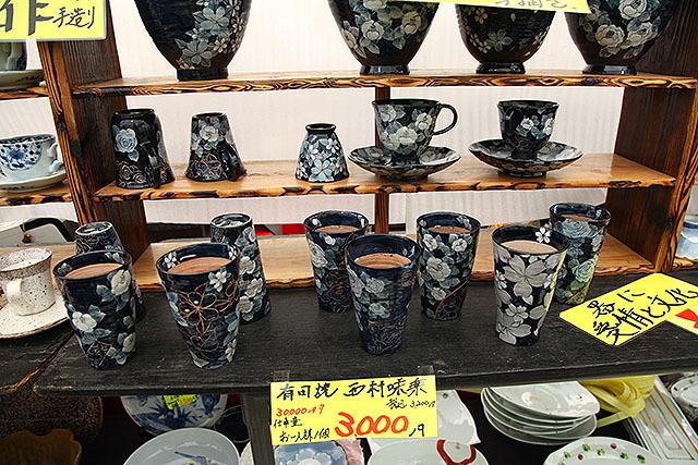手前のカップが3000円なら、後ろの器はいくらでしょう?という話。