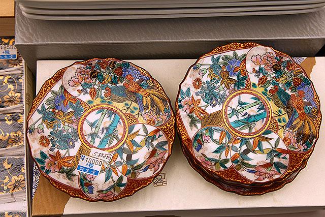 これは九谷の小皿5枚セットで1万円。1枚2,000円分の仕事量はこのくらいである。