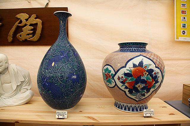 左が50万円、右が18万円。このくらいの大きさになると窯における占有スペースにもよる。場所を取る大きな器はそれだけ高い。