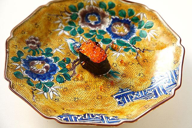 九谷焼きは、黄色とか緑がよく使われていて、大体花と鳥の絵が描いてある。これは寿司ングレスの記事で使った皿。