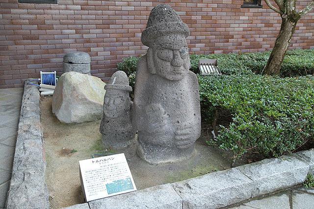 韓国版モアイ・済州島の石像「トルハルバン」があったり。