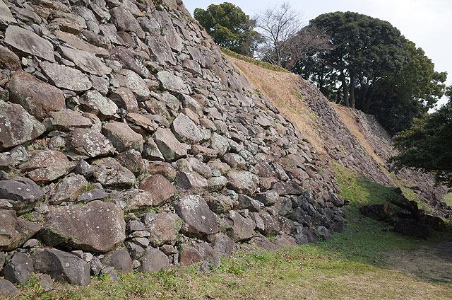 人為的に壊された石垣。