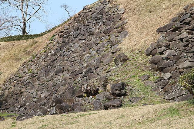 崩した石がそのままになって放置されている。