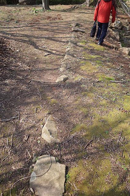 本丸跡地の地面に、石垣が埋まっている。