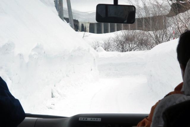 雪の壁の間を進む