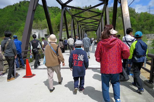 放流を見るために多くの人が陣取っていた橋は