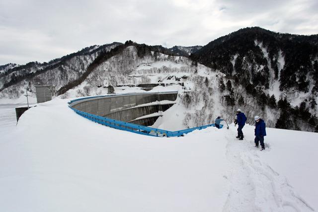 堤体の上に3mくらい積もっている雪の上を歩く