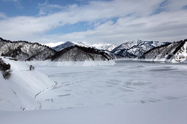 湖はほとんど凍っている