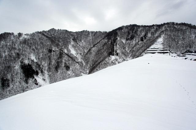 こちらも約3m雪の積もった奈良俣ダムはほとんどスキー場のゲレンデのようだった