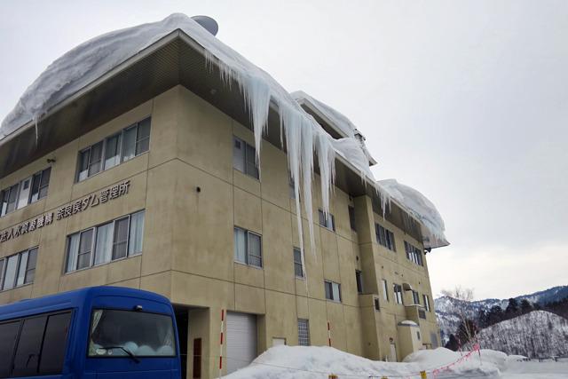奈良俣ダムは積雪もすごかったけど管理所のつららがやばかった