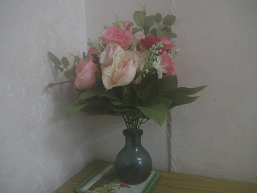 テーブルの端に造花が置いてあった