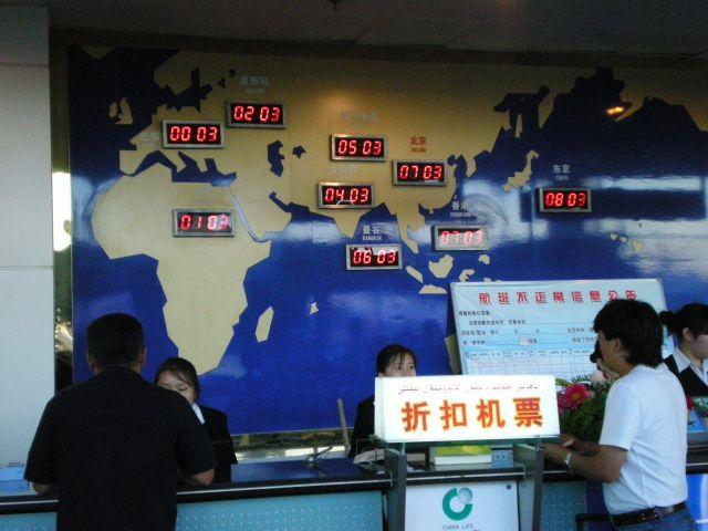 世界地図を見つけるなら、まずは航空会社のオフィスだ
