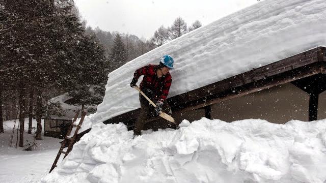 冬季封鎖された道路を歩き、古民家の雪下ろしをしてきたという話です