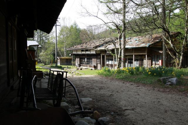 石置屋根の古民家が並ぶ、素晴らしいたたずまいの廃村である