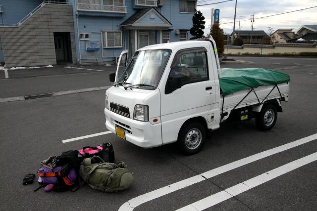 軽トラに荷物と装備を積み込み、いざいざ出発