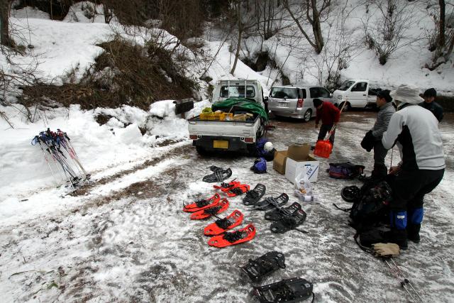 除雪されていない区間の少し手前で車を停め、準備する
