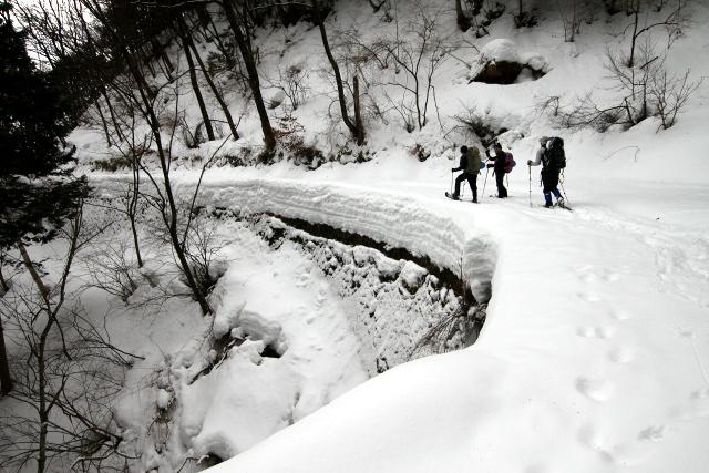 道路に雪が1メートル以上積もっており、その断面がえらいコトになっていた