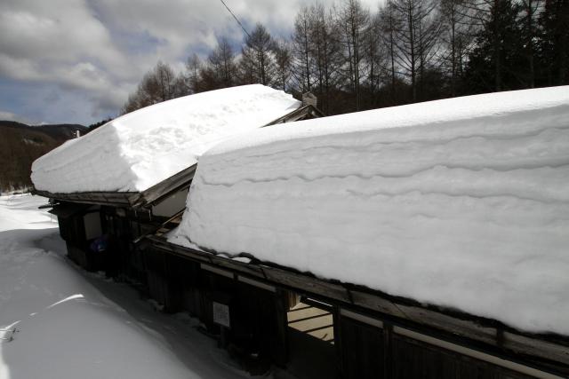 緩やかな勾配の屋根に、雪が分厚く積もっている