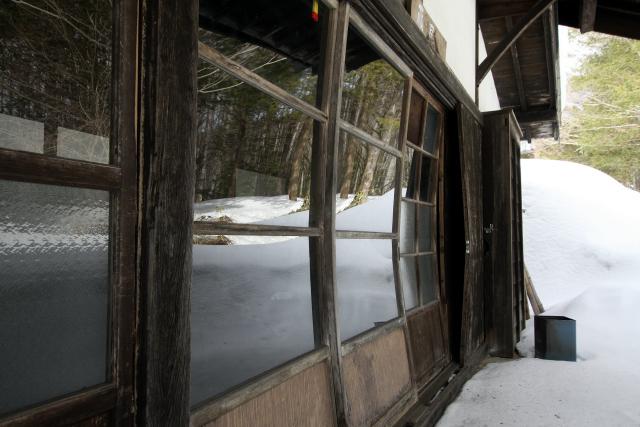 八丁屋の正面にある藤屋は、雪の重みで建具が歪んでしまっている