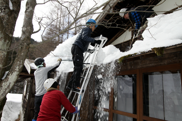 古民家の屋根に上るというのも、なかなかできない体験だ
