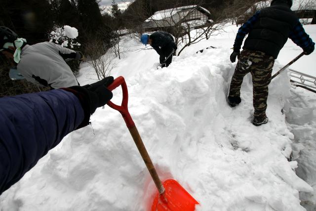 疲れるので適度に休憩しつつ、雪を削る