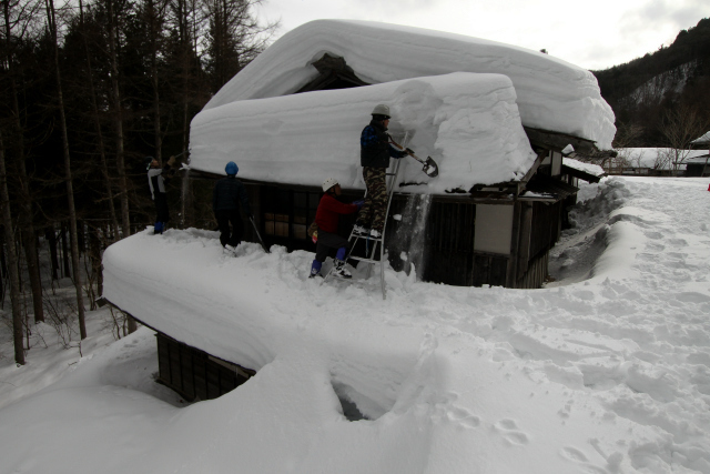 この家の場合は、二階の庇の雪を一階の庇に下ろし、その雪をさらに下ろす