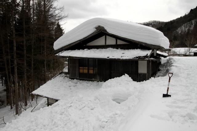 こうして庇の雪が片付きました(下ろした雪で一階部分が埋まってる)