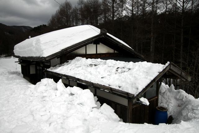 庇の雪をやっつけただけで、随分とすっきりした感じがする