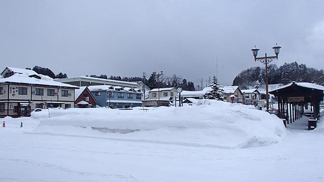 駅前。観光できるのか不安になるほどの雪