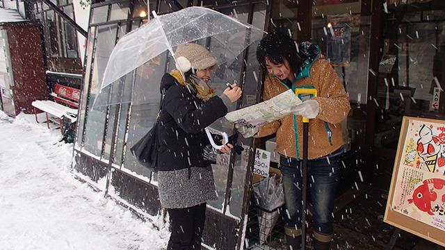向かいながら、途中で出会った女性にもオススメを聞く。お母さんも出てきて「雪かき風景!」と即答してくれた