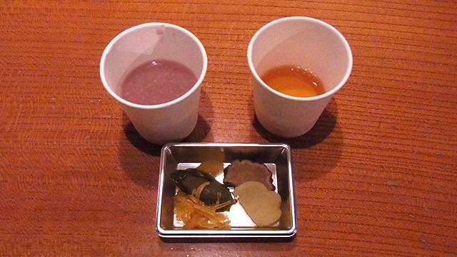 赤い甘酒、そばツユ、いぶりたくあんが試食できる。