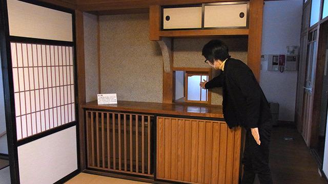 小窓の向こうには台所があり料理を運べる仕様