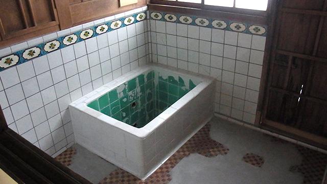 小さいけれどタイルが可愛いお風呂場