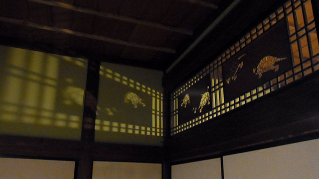 亀の欄間。壁や天井に映し出されるおぼろげな光(当時はロウソクの光)でお客を楽しませたのだそうだ。粋ですなあ