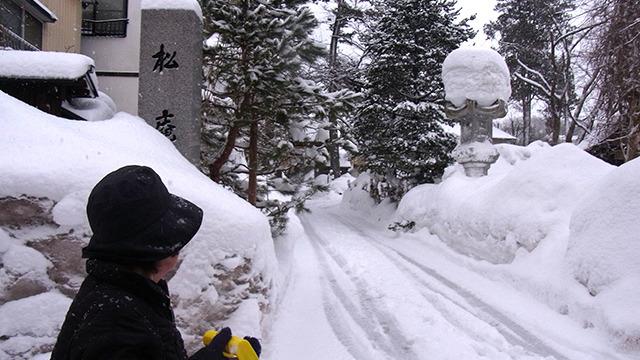 近くで雪かきしていたおばあちゃんに聞いてみる。「あら~、見えないねこれは。せっかく来たのに悪いねえ」