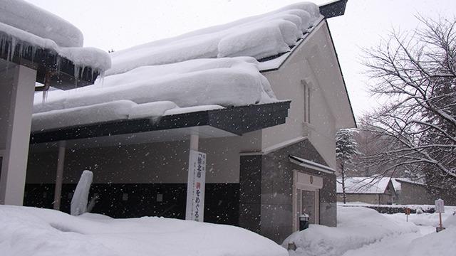 新潮社記念文学館というところ。左側に巨大ツララ