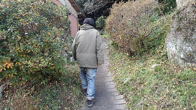 人んちの庭みたいな山道を歩いて行くと、