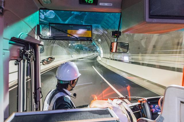 バスでトンネル内へ。高まる期待。