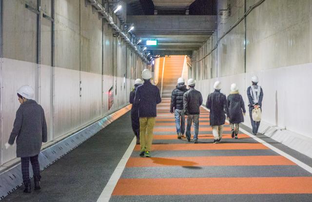 料金所から再びトンネル内へ歩いて戻るところ。むこうが上り坂に見えるが、そうではなくて、今歩いている部分が急な下り坂で、その先は平らなのだ。