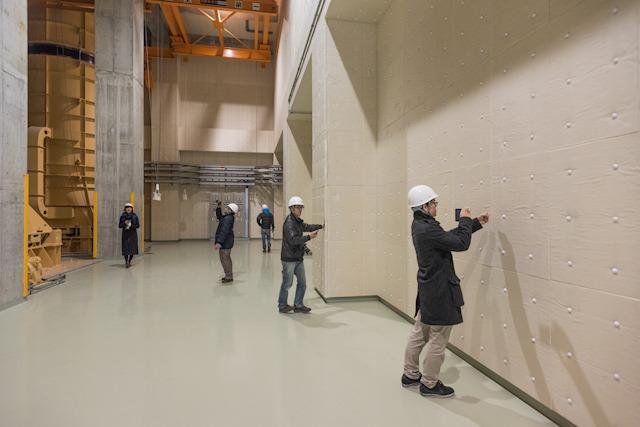 このときは開通前でまだファンは動いていなかったので静かだったが、実際稼働すると大きな音が鳴るとのことで、壁には吸音パネルが貼ってあった。みんなむにむに手で押した。