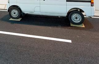 開通前の路面を痛めてはいけないと、トンネル内に駐車する車のタイヤの下には必ず板が敷いてあった。感動。