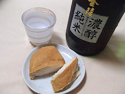 酒の肴にもピッタリだ。もちろん燻製すること自体面倒な人は市販のスモークチキンの購入をおすすめします。