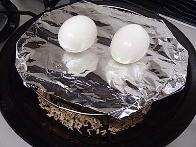 水分が多く出てくるかもしれないのでアルミホイルの上で燻製。