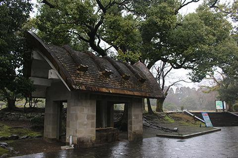 公園入り口の東屋(手水場になってる)もはにわ的。