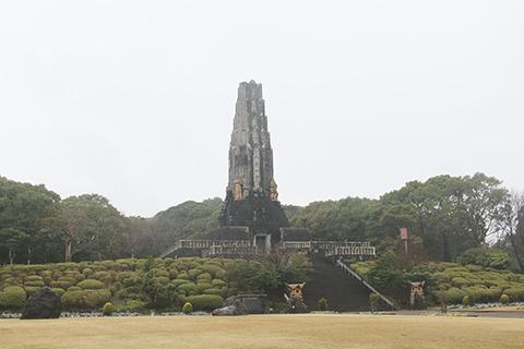 平和の塔。戦後は一時的にロッククライミングの練習場になってたらしい。