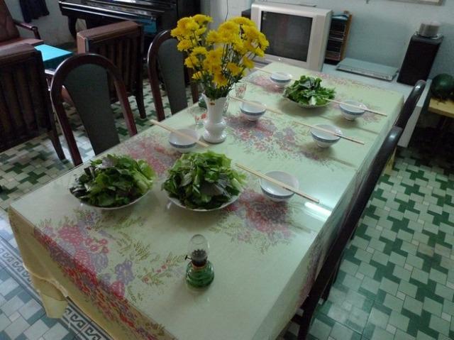 居間のテーブルには器と香草が準備されていた。