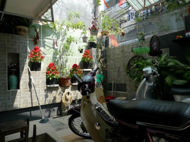 まずは中庭にバイクを停めます。
