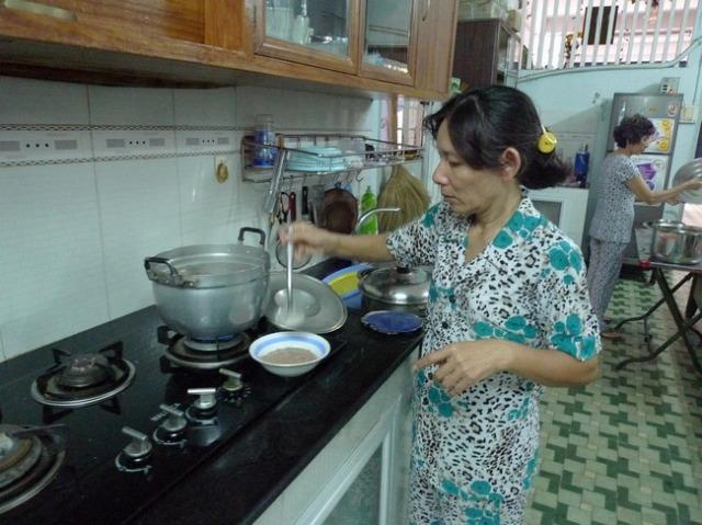 おばちゃん達が着ている服は「アオババ」。 ベトナムのおばちゃんの8割はこれを着ている、と言えるくらい着ている。